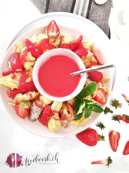 Kaiserschmarrn und Erdbeer Sauce von oben