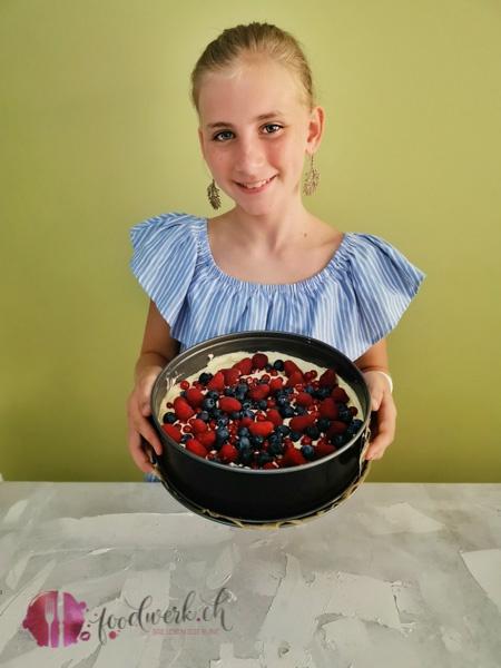 Liv präsentiert stolz ihren Beerenkuchen
