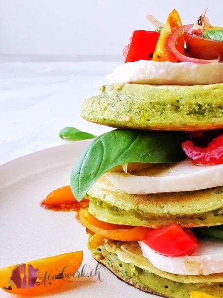 Pancakes Türmchen mit Basilikum, Tomaten und Mozzarella. Auch salzig sind Pancakes der Hit