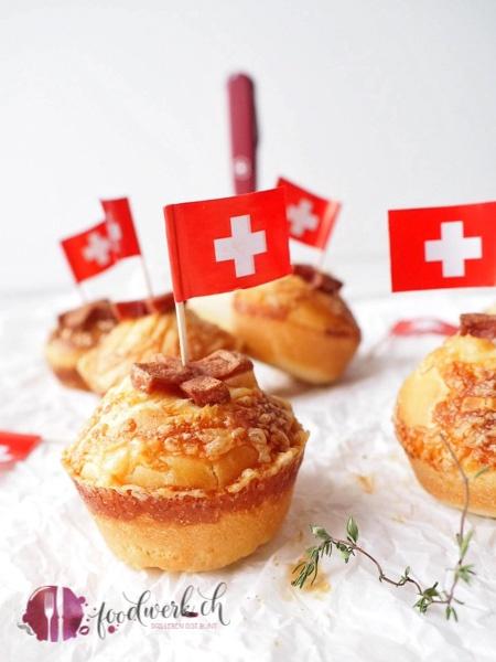 Brioche Brötchen mit Käse und Wurst