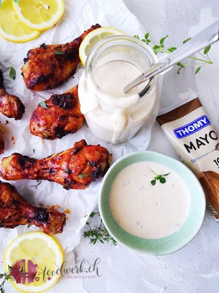 White BBQ Sauce mit Hähnchenkeulen zum dippen. Hergestellt mit der neuen Mandel Mayo von THOMY