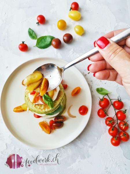 Pancakes sind auch unter den Name Pfannkuchen bekannt. Die salzige Version mit Basilikum, Tomaten und Mozzarella eignet sich auch als Snack, Vorspeise oder Hauptgang