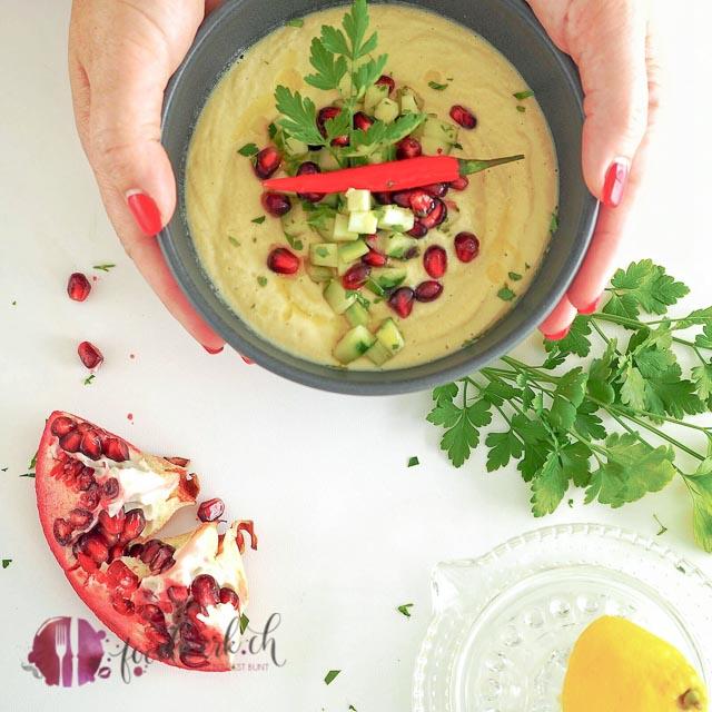 Die Hummus Suppe mit Granatapfel und Gurke mit einem Schuss Zitrone