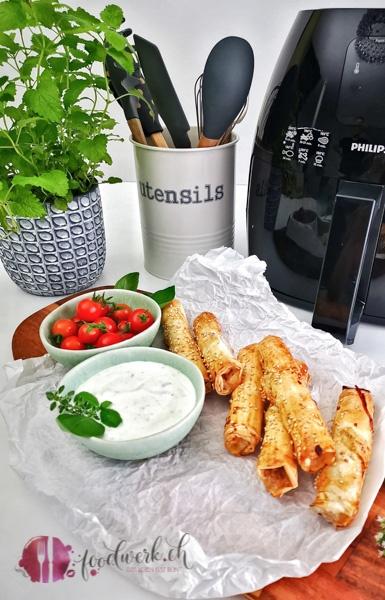 Hackfleischrollen vor Philips Airfryer mit Jogurt Sauce