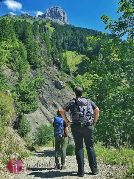 Liv und Tobi schauen in die Berge