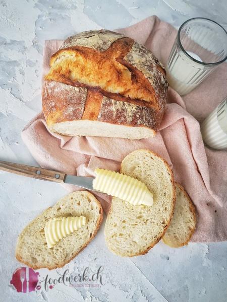 einfaches Hausbrot mit Butter