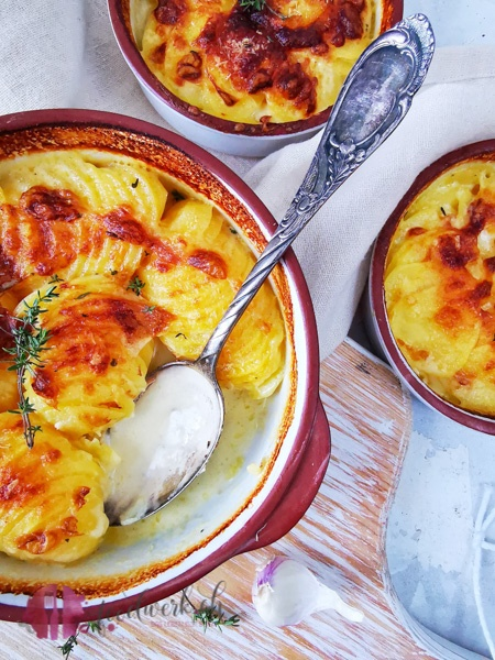 Kartoffelgratin mit Löffel, frisch aus dem Ofen