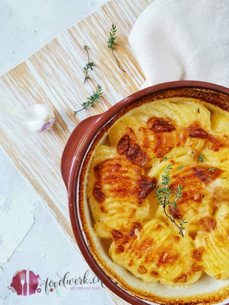 Kartoffelgratin ist eines unserer liebsten Beilagen. Ja, zu so einem herrlich cremigen Kartoffelgratin kann doch wirklich niemand nein sagen.