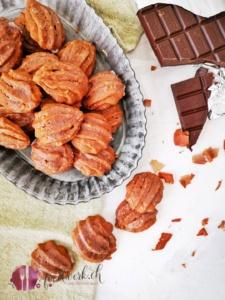 Bärentatzen in Blechschale mit Schokolade