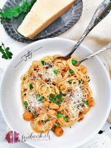 Brätkügeli mit Erbsen und Spaghetti mit Käse von oben