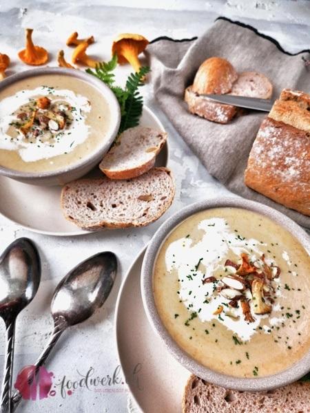 Herbstsuppe in zwei Suppentellern mit Eierschwämmwn