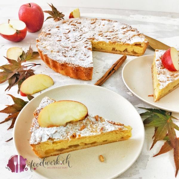 Angeschnittenen Torta della Nonna. Die Schichten mit Apfel und Creme sieht man deutlich auf dem Bild.
