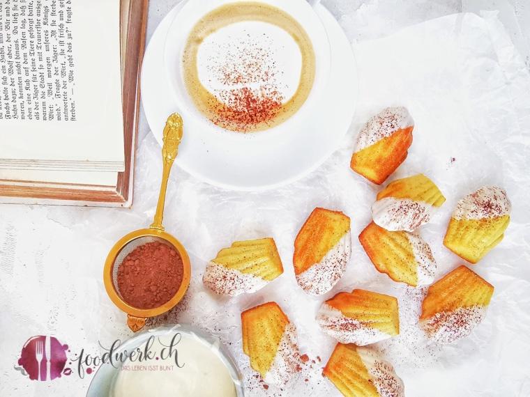 Cappuccino Madeleines von oben fotografiert mit Kakaopulver und Cappuccino