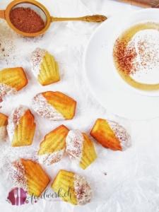 Mit Kakao bestreute Cappuccino Madeleines