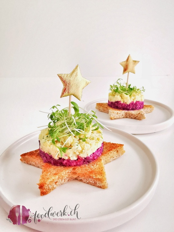 Toast Stern belegt mit Rotkraut und Apfel und Käsetatar