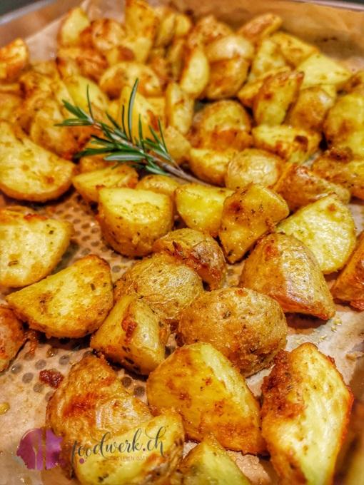 Knusperkartofflen aus dem Ofen mit Rosmarin