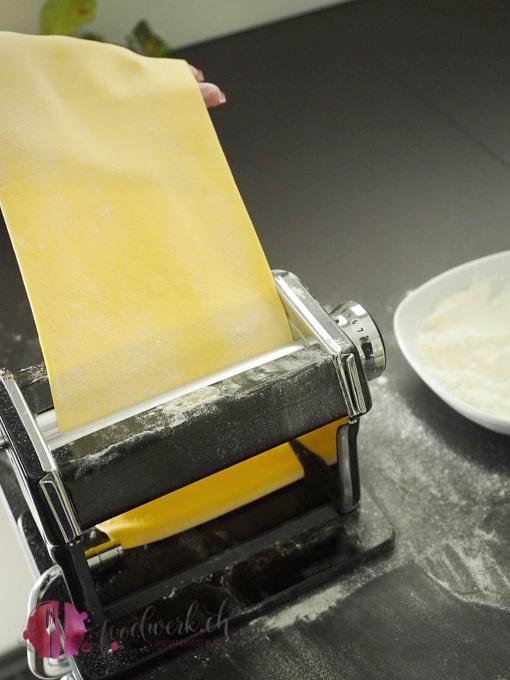 Pasta Teig wird dünn gewalzt