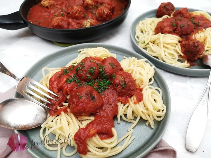 Portion Spaghetti mit Haferflocken Polpette