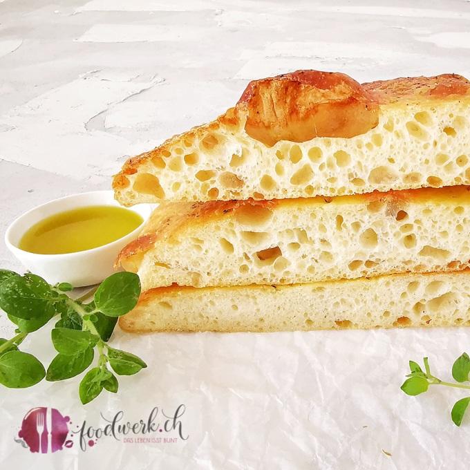 Focaccia aufgeschnitten mit Olivenöl