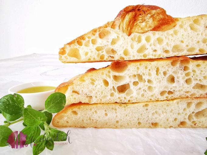 So muss ein Focaccia sein. Mit wenig Hefe und Olivenöl verfeinert mit Meersalz und frischem Oregano