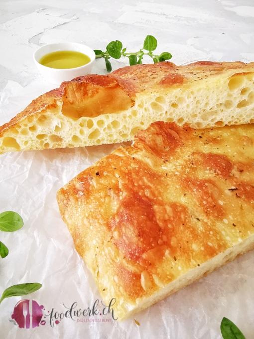 Focaccia goldbraun mit Olivenöl
