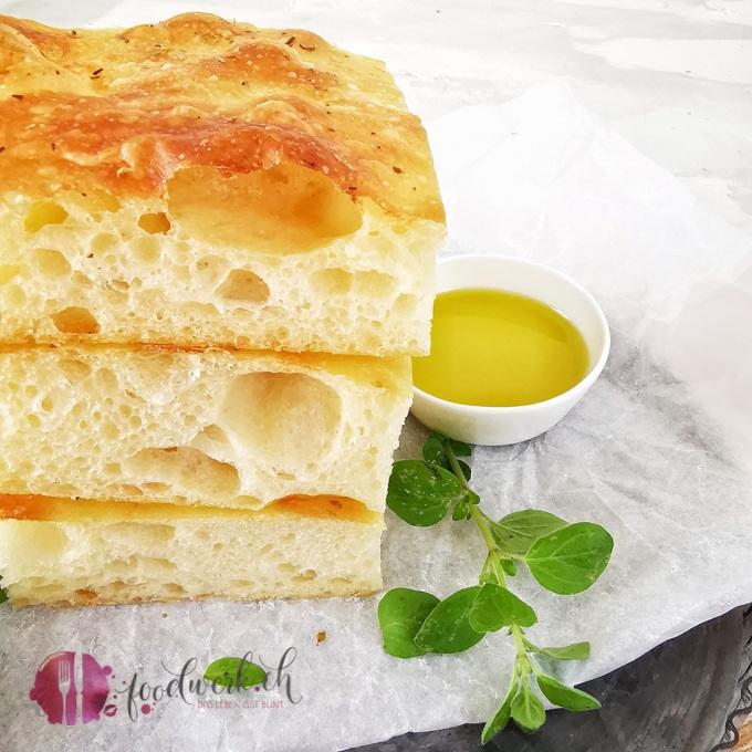 Focaccia mit Kräutern und Olivenöl 1