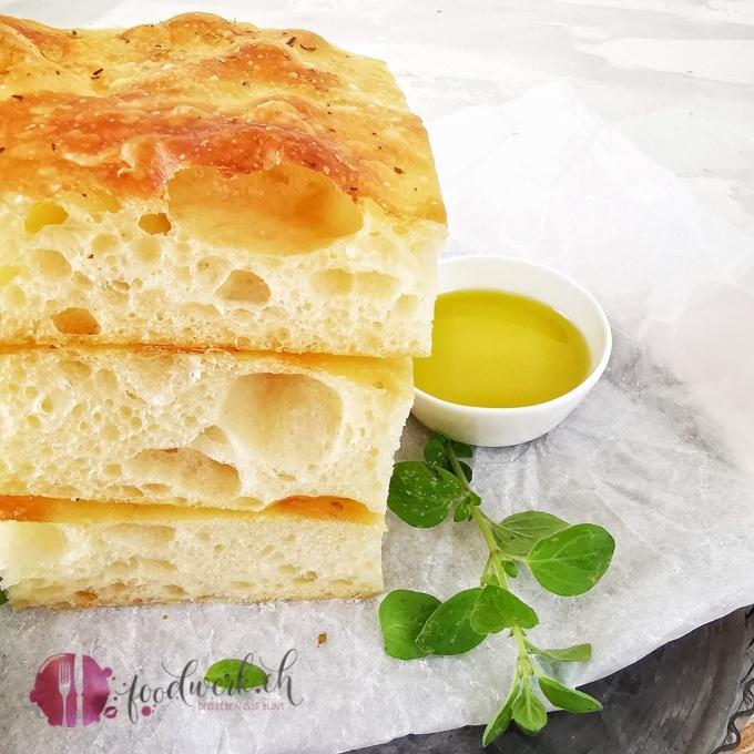 Herrlich luftiges Focaccia mit wenig Hefe, Olivenöl und Oregano.