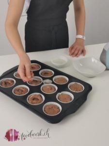 Liv drückt die Schokobons in die Muffins