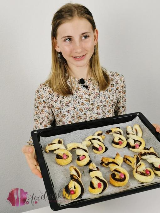 Liv mit den fertig ausdekorierten Schokoladen Knusperhasen mit Caotina