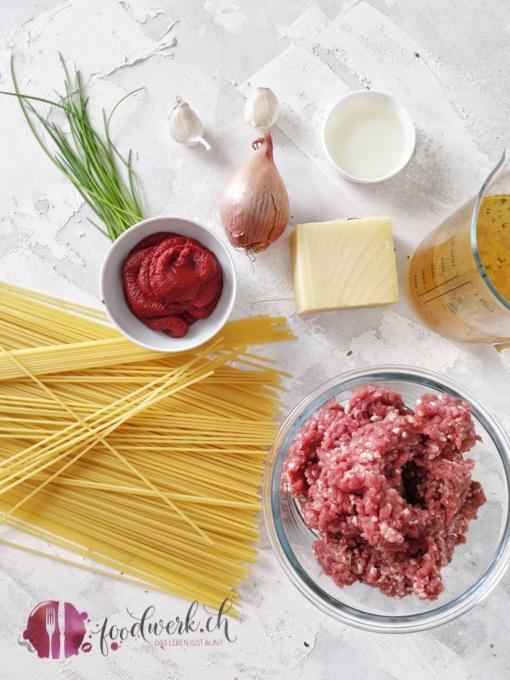 Zutaten für die Spaghetti Sbrinzeregg. Nur die Karotten fehlen noch auf dem Bild