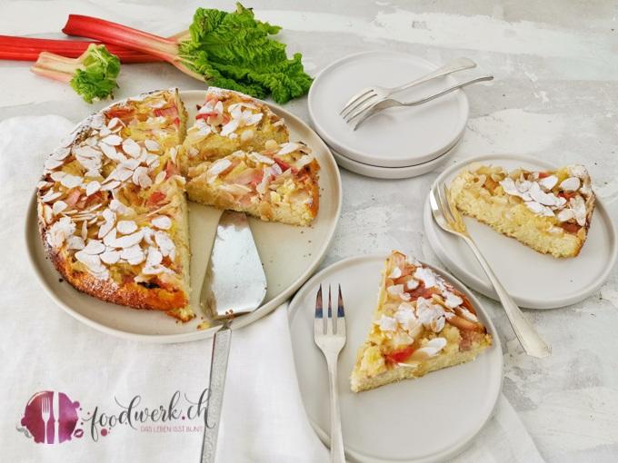 Geschnittener Rhabarberkuchen mit Mandeln 1