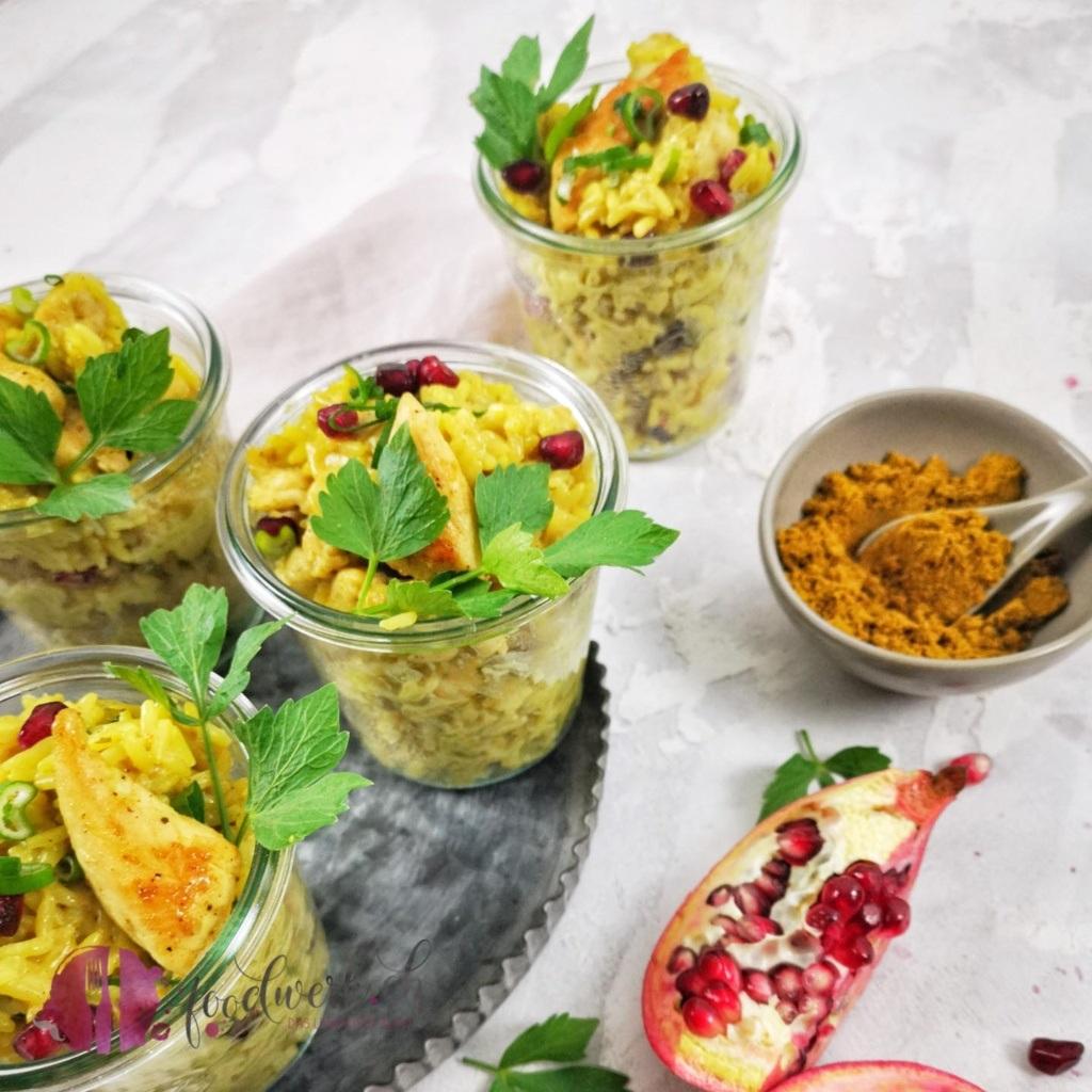 Ideal für die heissen Tage. Ein Curryreissalat mit Poulet und Granatapfelkernen