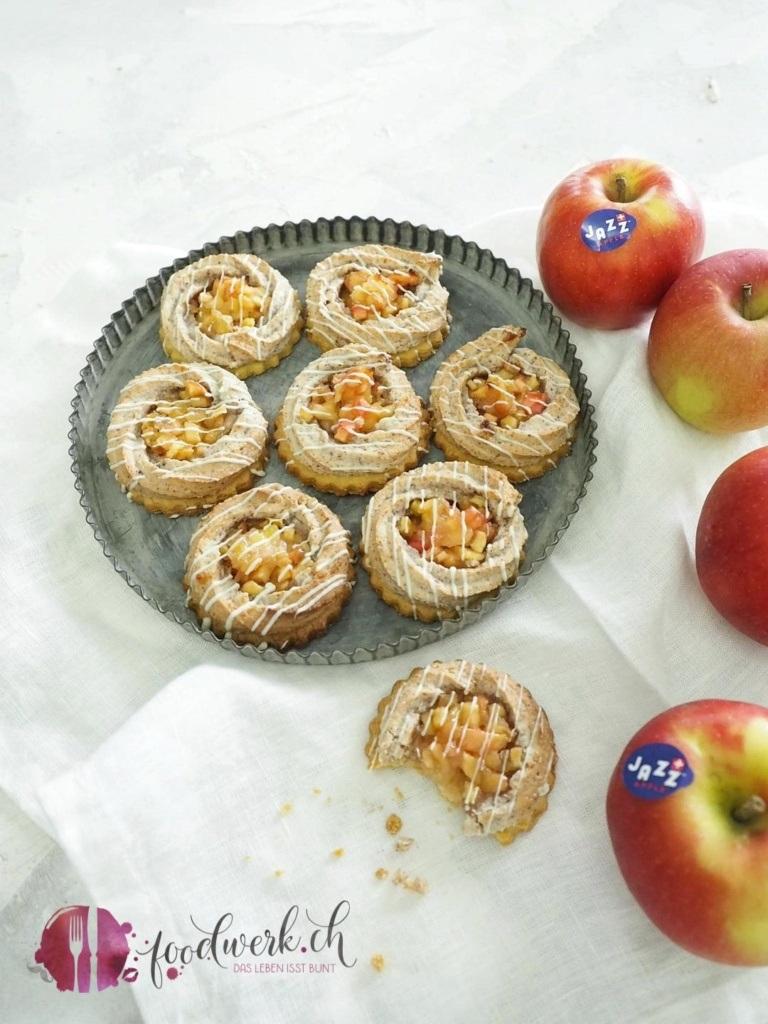 Jazz Apfelnestli auf einem Teller mit Jazz Apfel