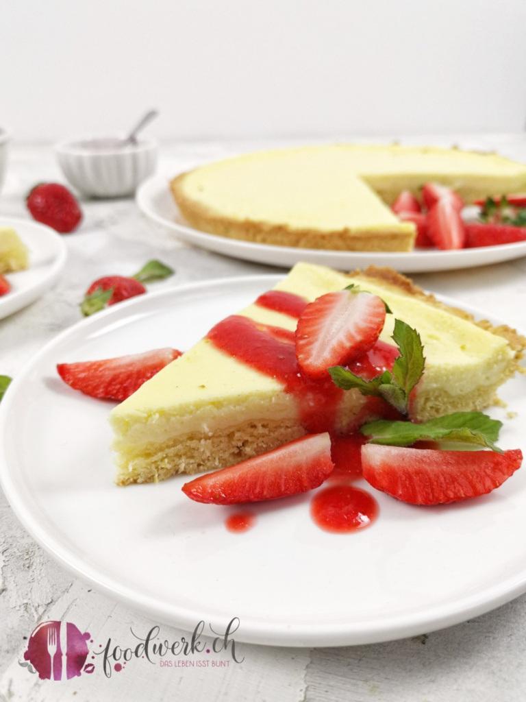 Quarktarte nah mit Erdbeeren und Erdbeersauce