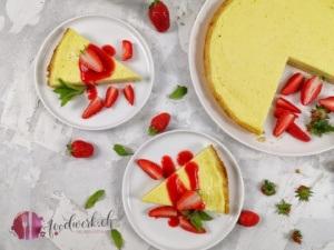 Quarktarte von oben mit Erdbeeren und Erdbeersauce