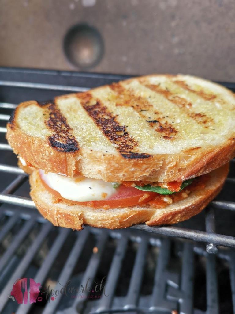 Grill Sandwich mit Grillmuster auf Grill