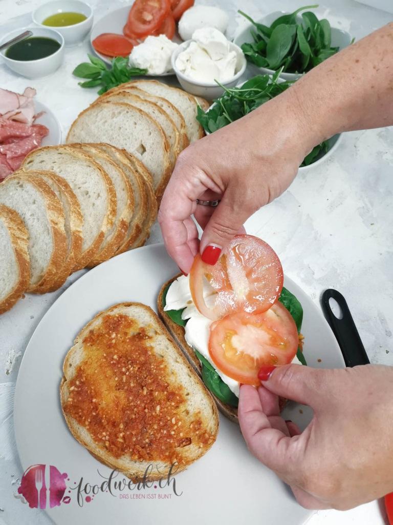 Grill Sandwich mit Zutaten füllen