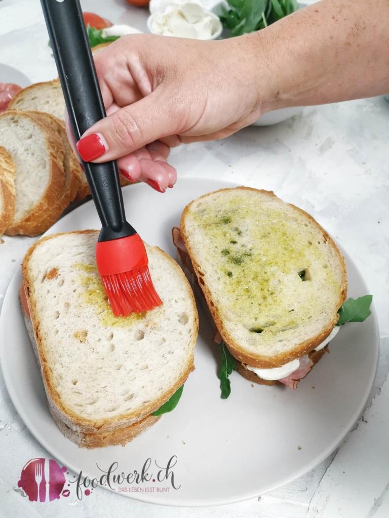 Grill Sandwich mit Olivenöl bepinseln
