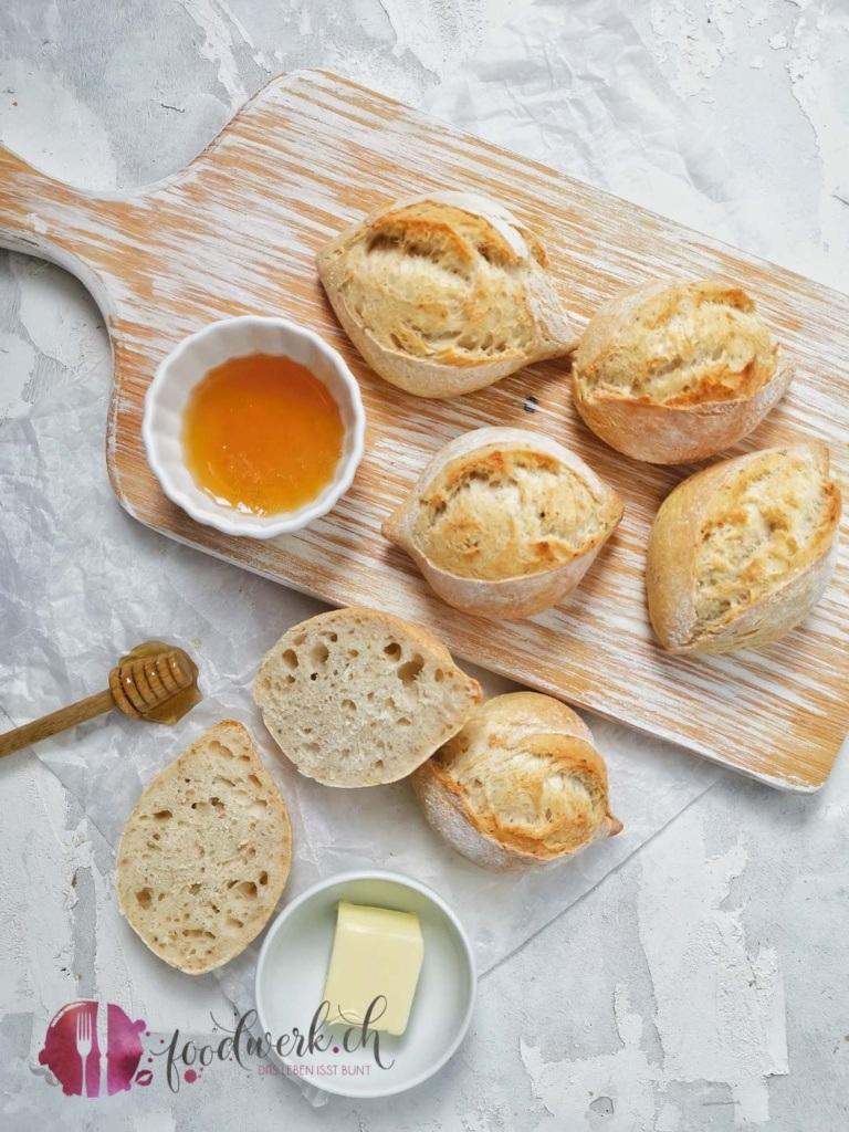 Spitzbrötchen mit Honig und Butter
