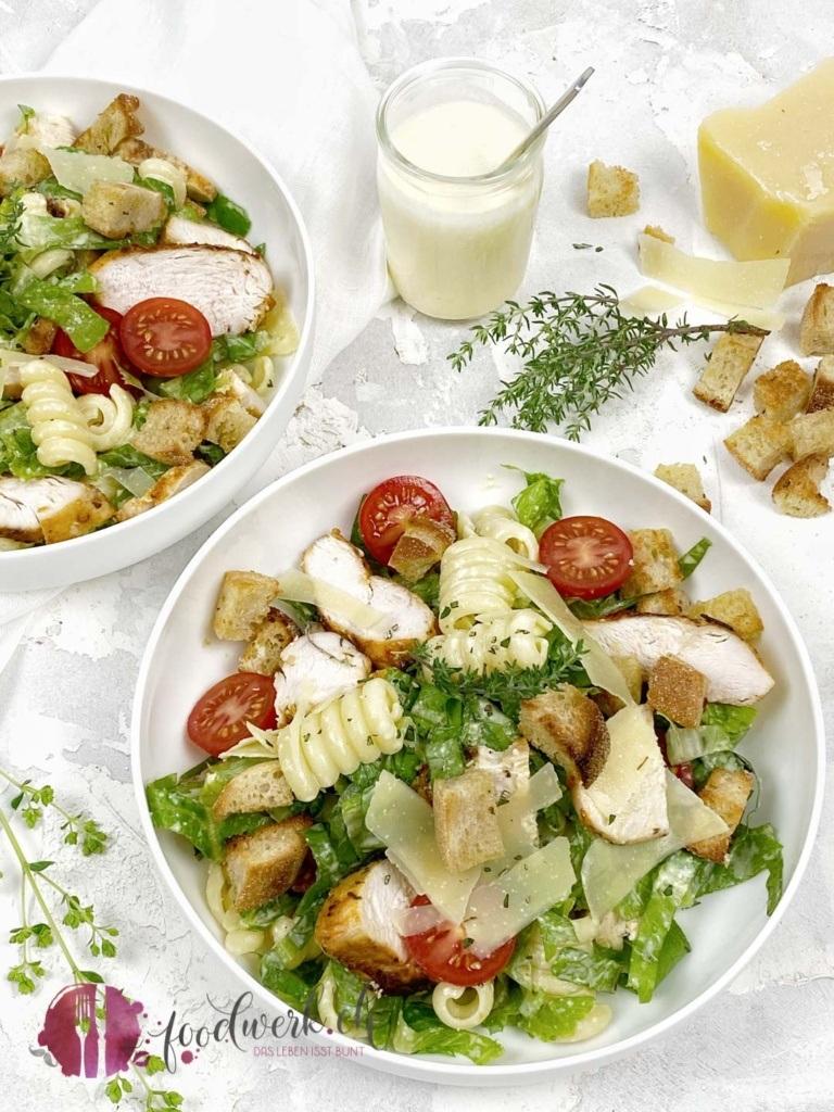 Salat Caesar Art mit Pasta in der Bowle mit knsuprigen Croutons und Sbrinz Scheiben