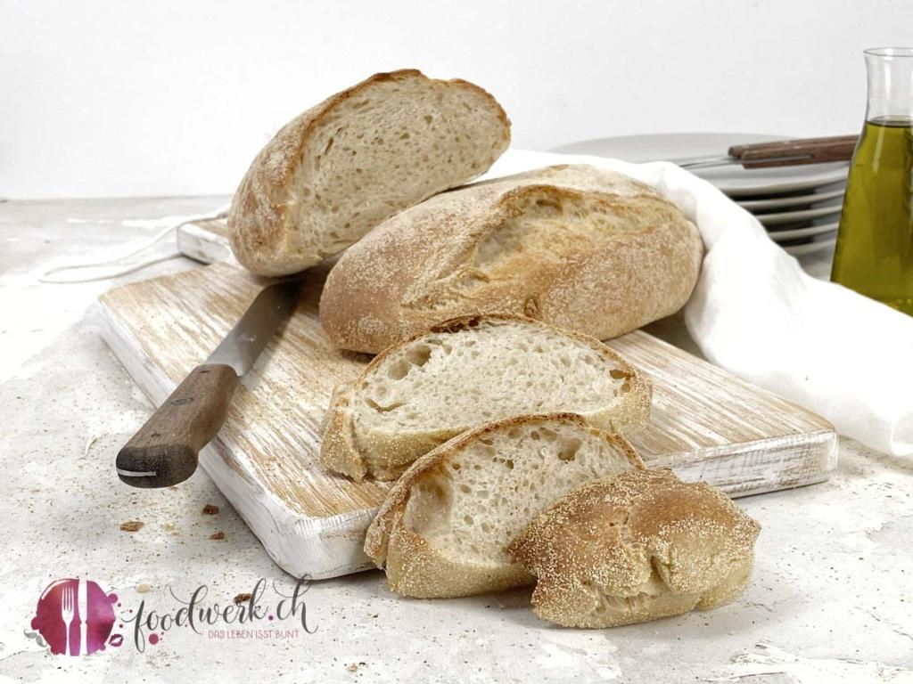 Ciabatta Brot selbst gebacken und Olivenöl