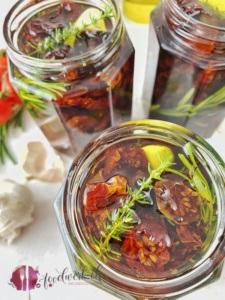 Getrocknete Tomaten und frische Kräuter im Glas