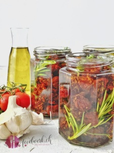 Gläser mit getrockneten Tomaten zum schliessen bereit