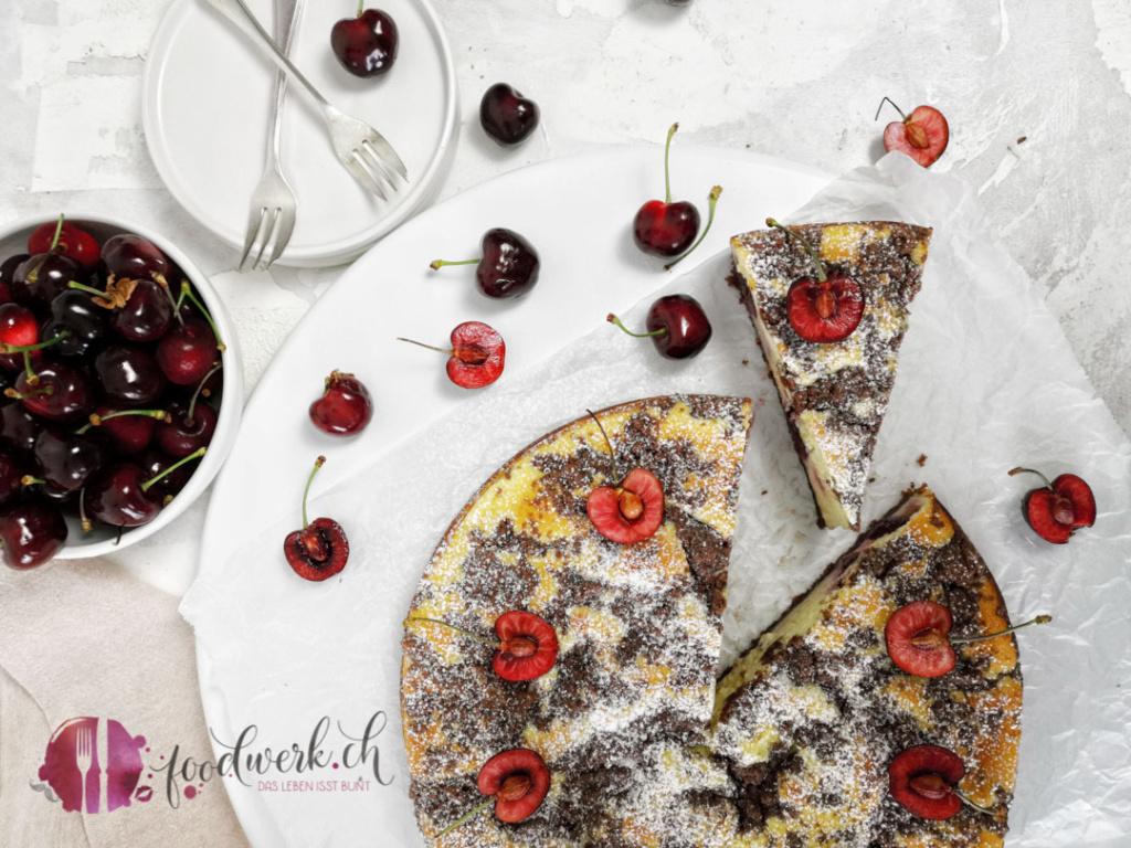 Kirschenkuchen mit Quark und Schokostreuseln von oben mit frischen Kirschen und dem ganzen Kuchen