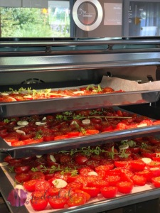Tomaten auf Backblech im Ofen