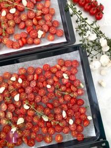 Tomaten halbiert auf Backblech