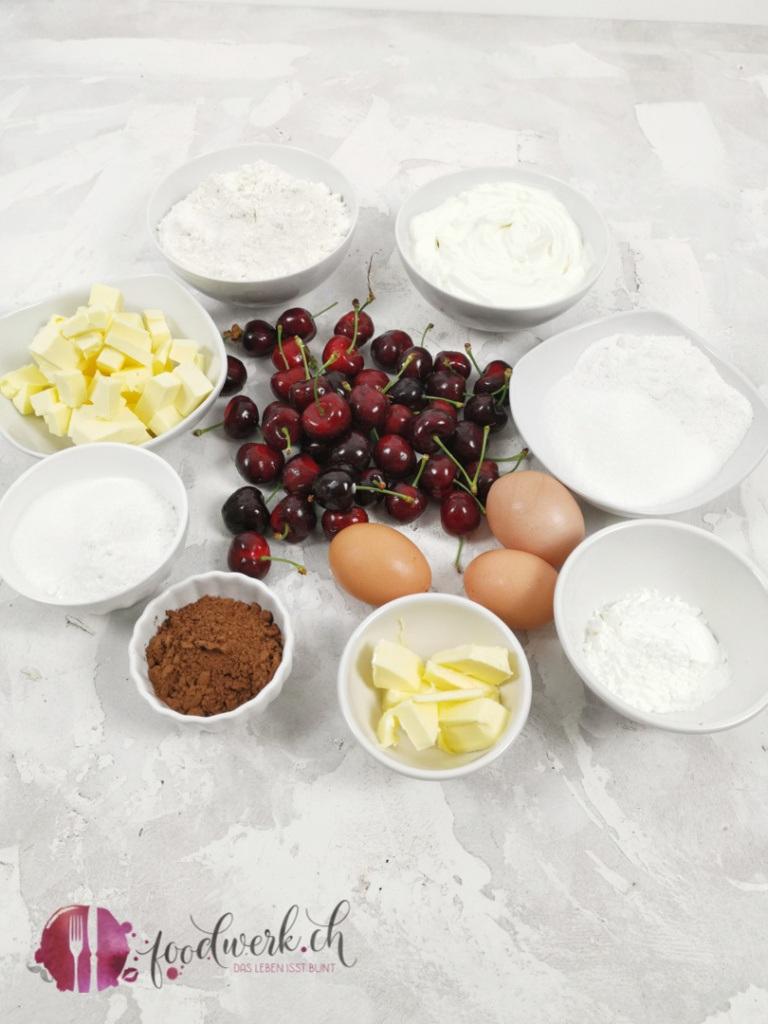 Die Zutaten für den herrlich saftigen Kirschenkuchen mit Quark und feinen Schokoladenstreuseln