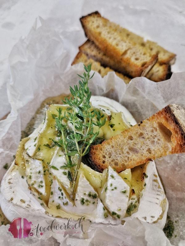 Weichkäse mit Brotstick aus dem Ofen