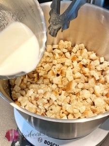 Milch zu den Brotwuerfeln geben