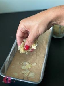 Den Most Cake mit Mandelblättchen bestreuen